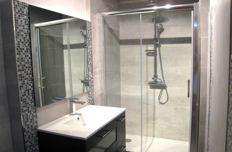 Newly reformed bathroom(Oct 2012)with large shower.