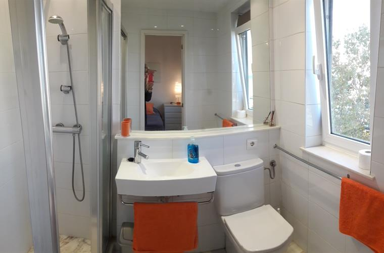 Twin bed en suite shower room