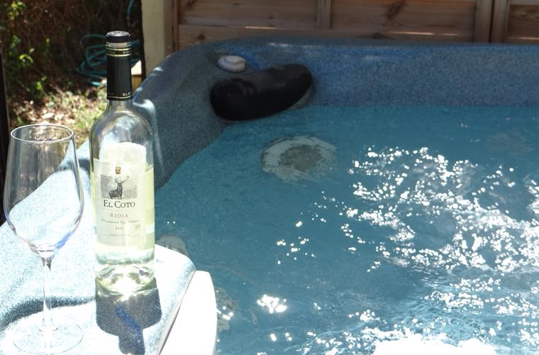 A glass of white wine in the Jacuzzi ?!!!