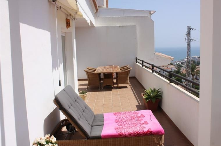 a nice terrace on the back with dining table and a double sunbed