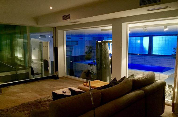 Home cinema, gym, indoor- and outdoor pool