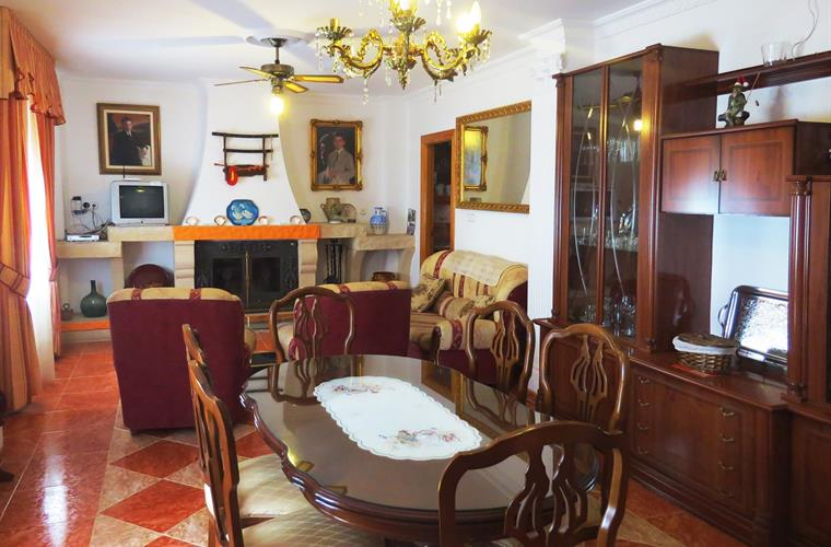 The lounge of the very well kept property