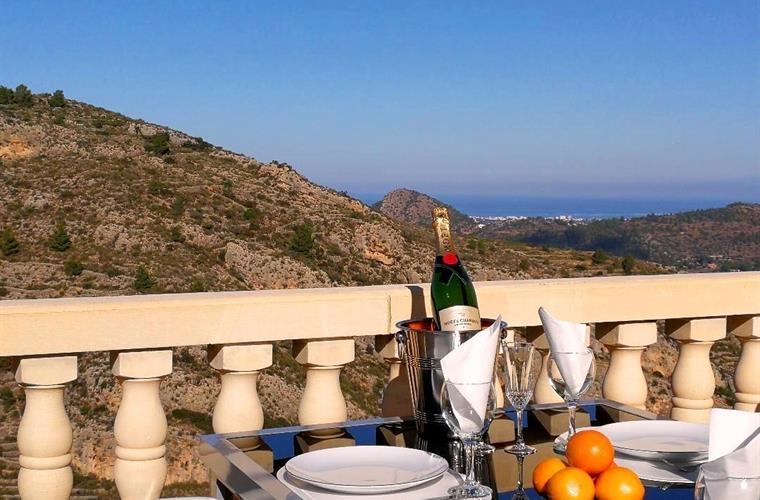 Breakfast, Lunch or Dinner in a beautiful setting!