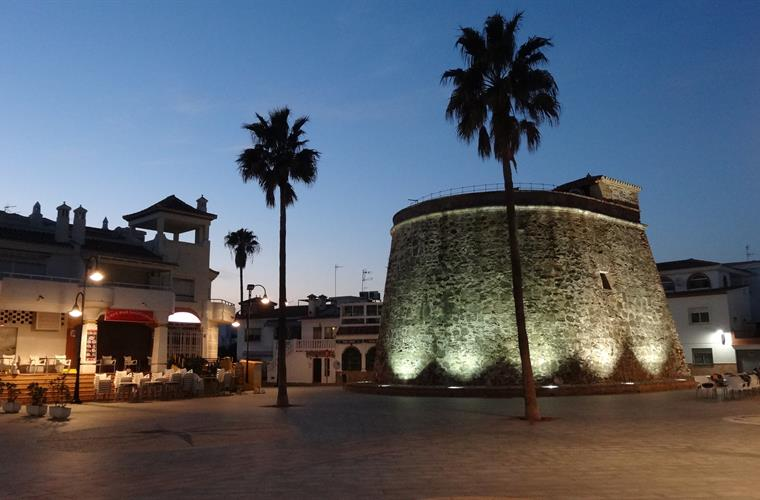 La Cala Plaza by night