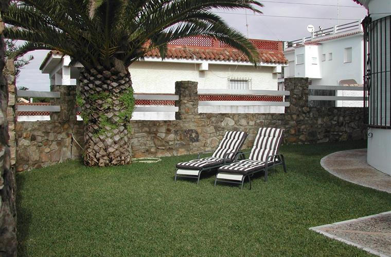 Private garden of 100 sq. meters with sea views.