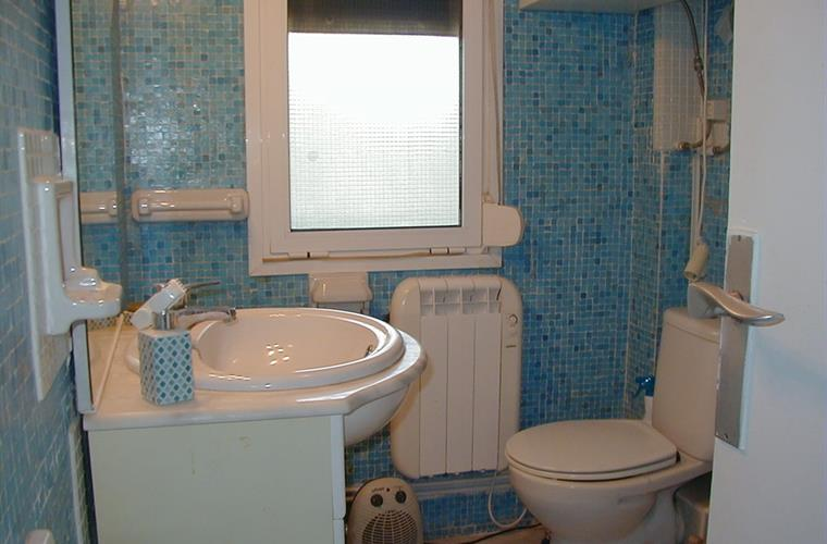 Bathroom A1 with shower