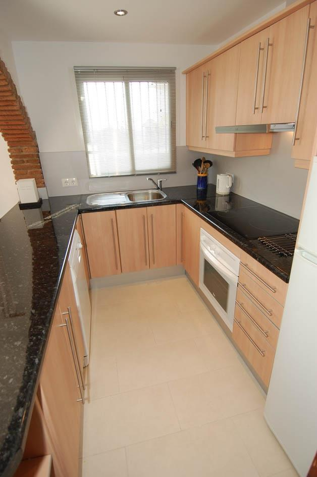 Fitted kitchen has dishwasher too!