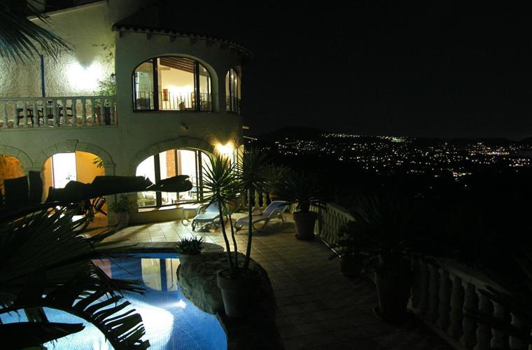 Villa, pool and Moraira at night