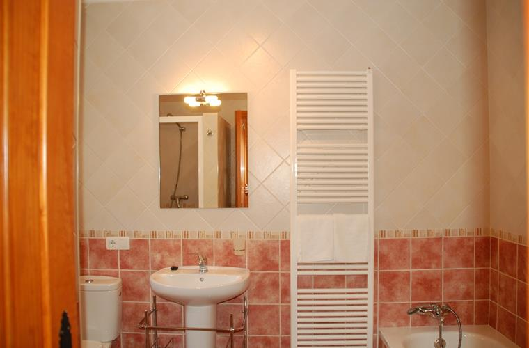 En-suite bathroom (Master bedroom)