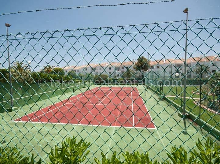Tennis court 2 bedroom apartment to rent Spain