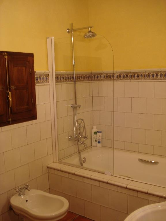 bathroom with shower/bath