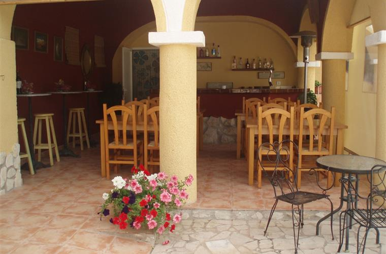 'Al Fresco' dining area and bar, Villa Ana