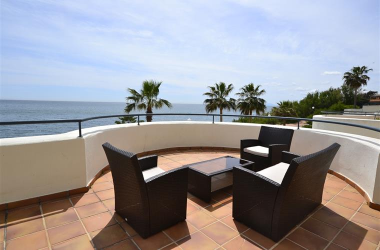 Holiday apartment for rent in estepona bermuda beach for Apartment terrace furniture