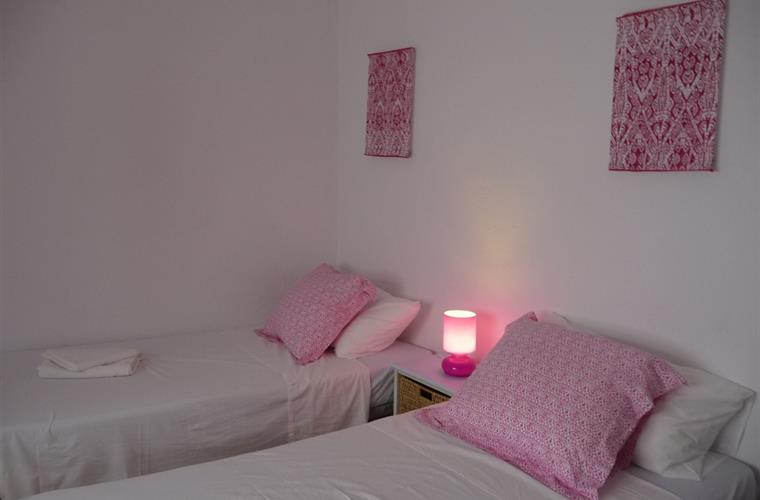 1st floor apartment pink twin bedroom