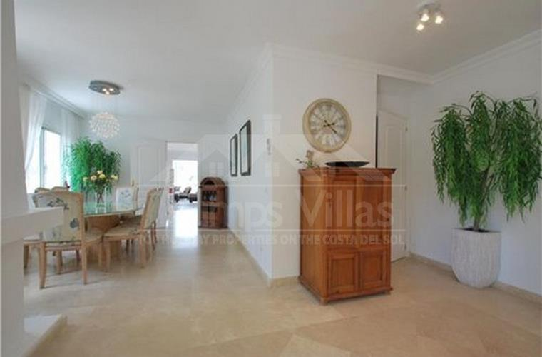 Large open plan kitchen and dining room - Trumps Villas . com