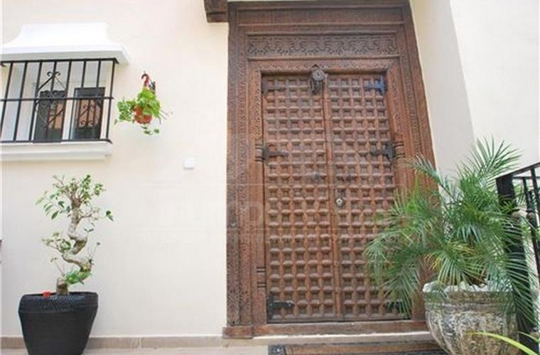 Handmade door - Trumps Villas . com