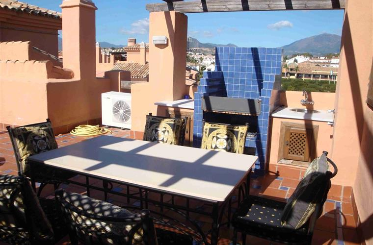 Roof terrace dining area & BBQ
