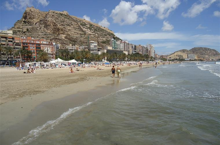 The sandy Alicante beach is only 10 minutes walk away