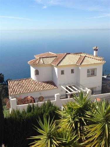 Stunning villa with magnificent views !