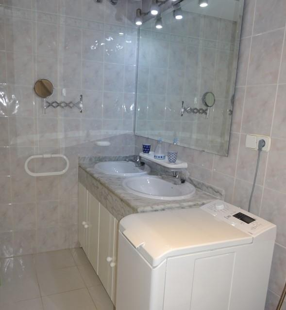 En suite bathroom with washing machine
