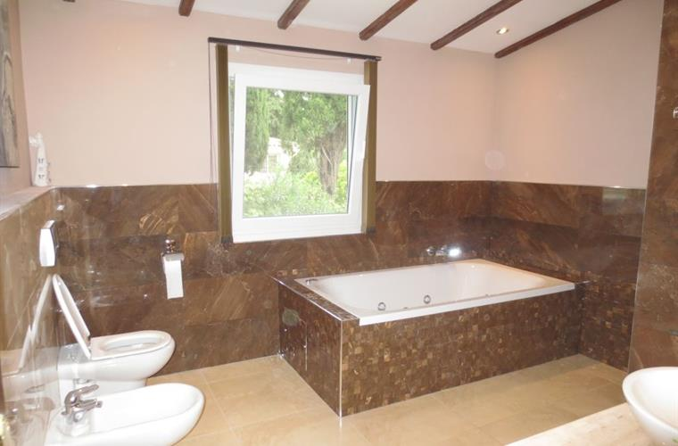 Upstairs main bathroom showing large spa bath