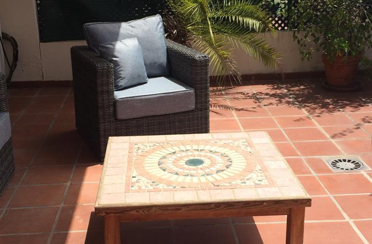 Holiday apartment for rent in puerto ban s lorcrimar for Apartment terrace furniture