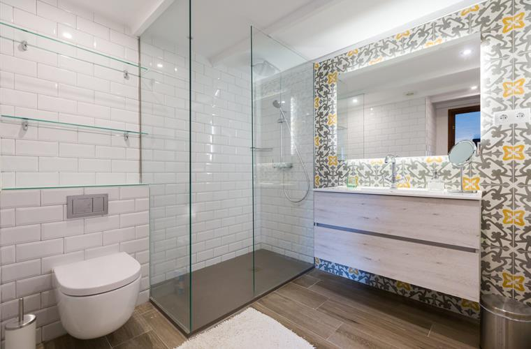 Poblet bathroom with more local vintage tiles