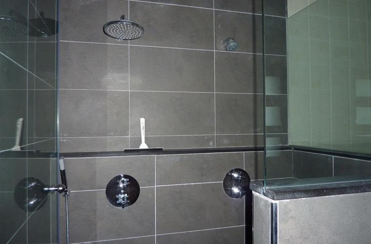 Double walk-shower as en-suite