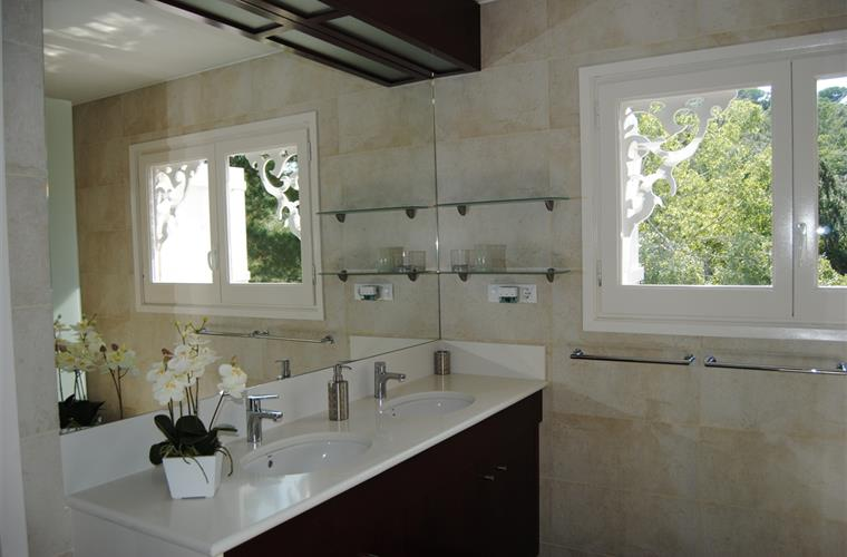 One of the bathrooms with view to the garden.