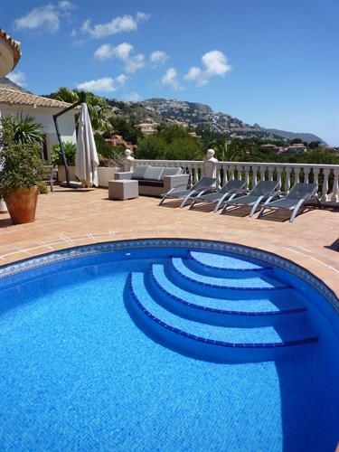 Safe rounded steps to get in the pool