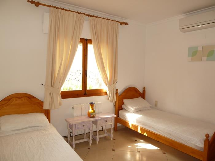 one of the twin rooms (air con unit on wall)