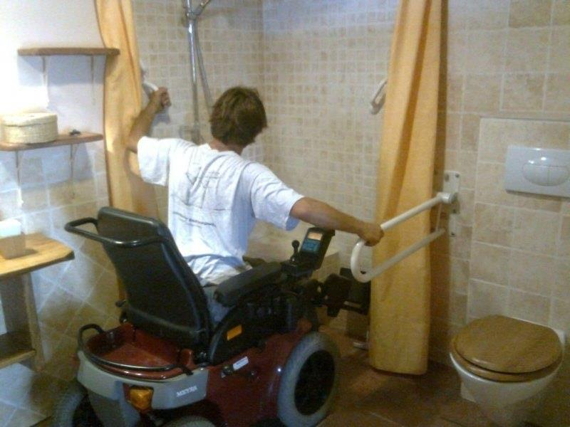 One of the 2 bathrooms accessible for persons in wheelchair.
