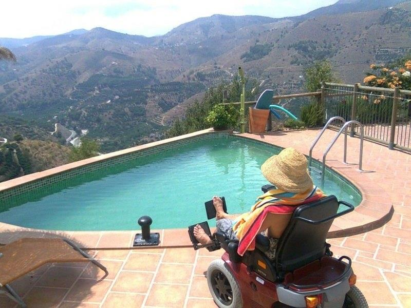 Wheelchair friendly swimmingpool.