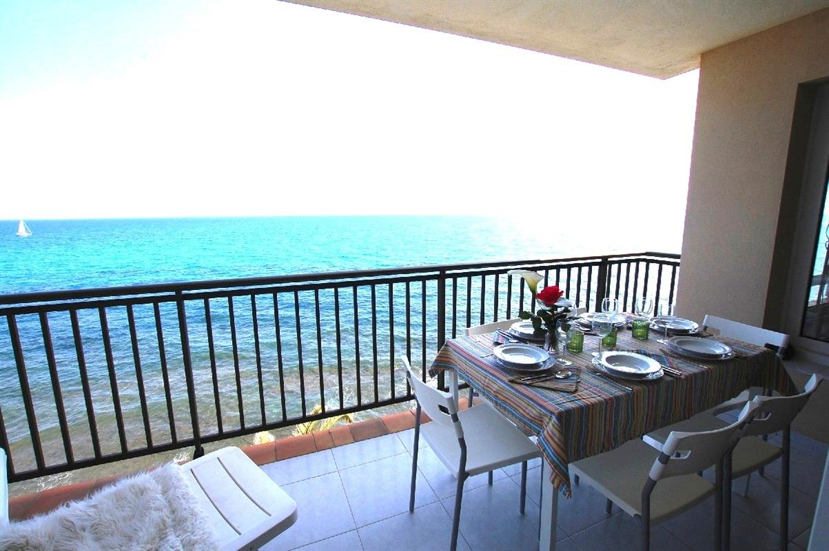 Balcony with exterior dining table