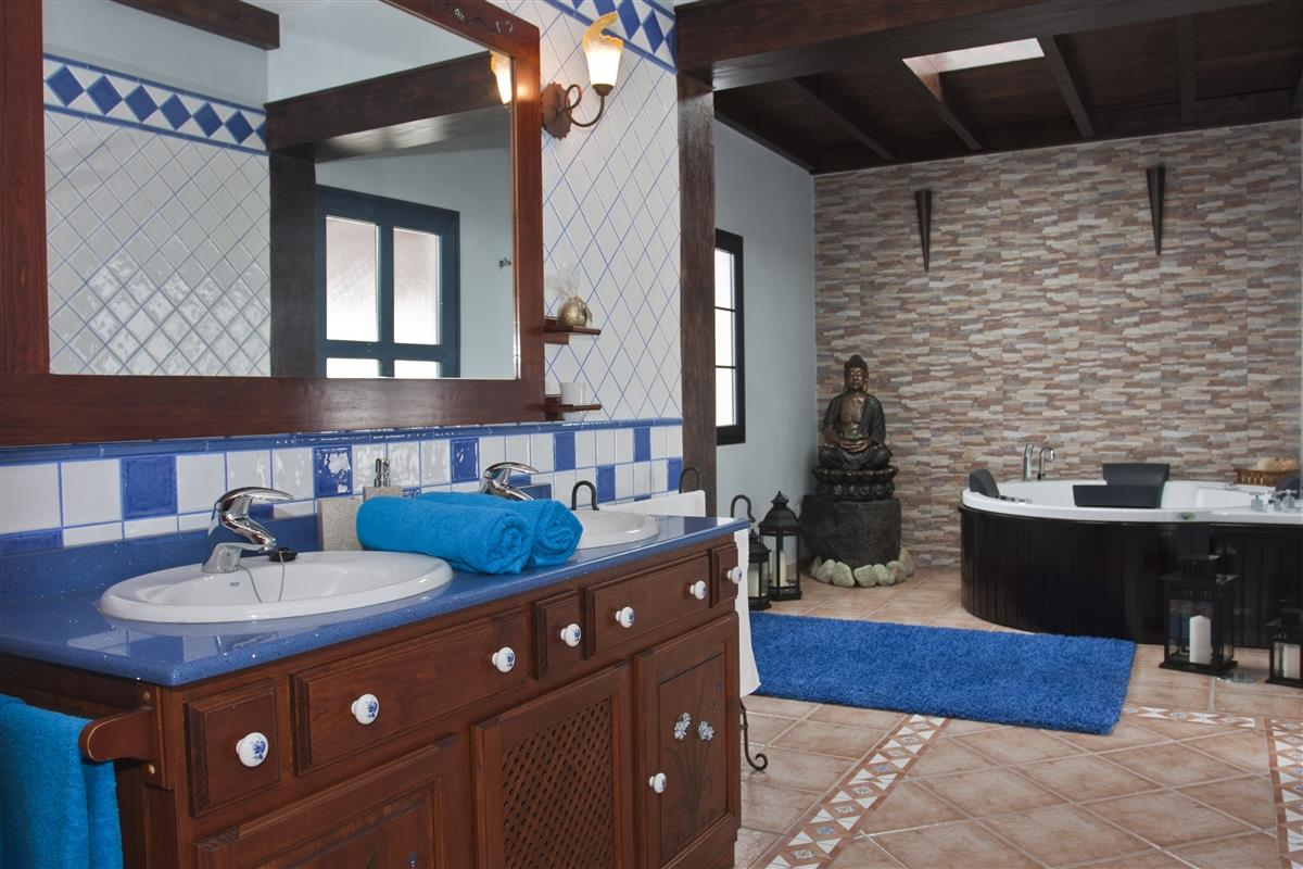 Main bathroom with double sink and Jacuzzi-bath