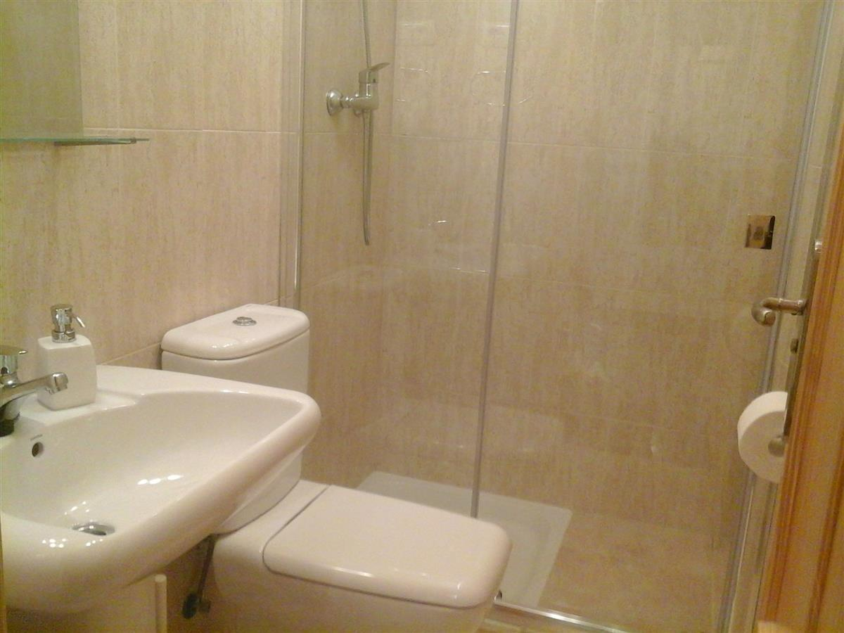 Holiday apartment for rent in fuengirola carvajal for Bathrooms fuengirola