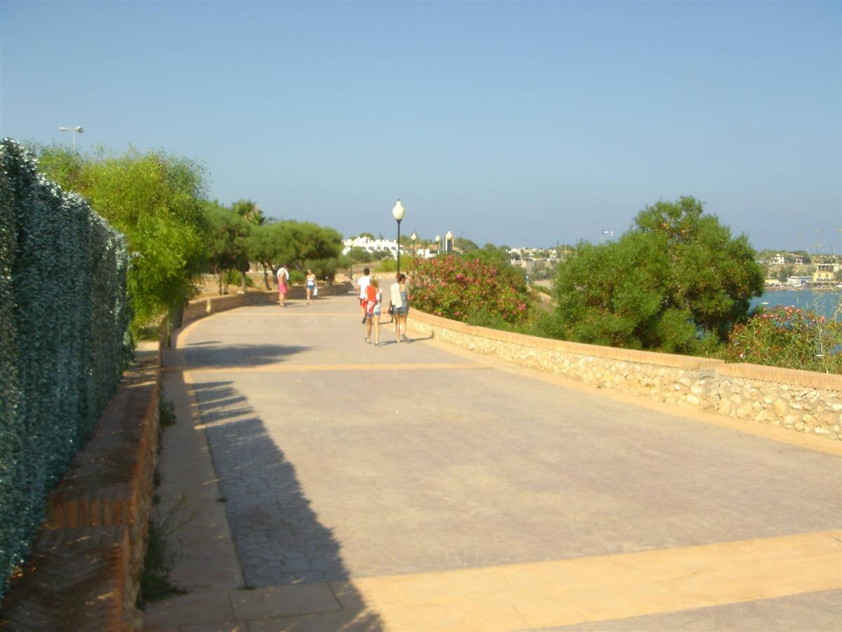 Walking promenade by the sea, 2.5 mins walk from your apartment