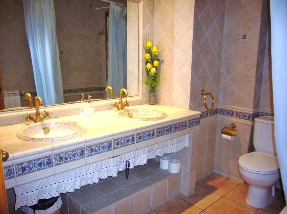 The house has 4 bathrooms - for instance this nice one