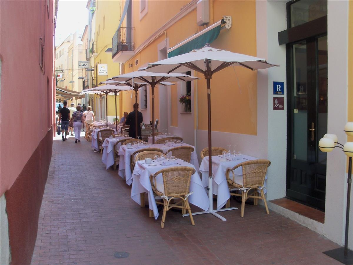 dining in the old town of Palamos