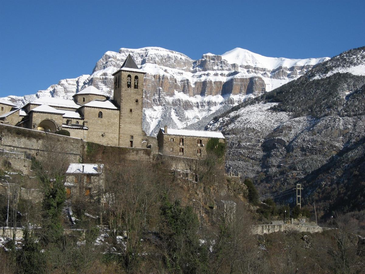 Casa Petirrojo below the church in winter
