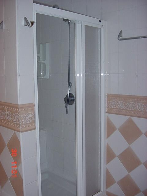 Garden apt- shower in Bath2