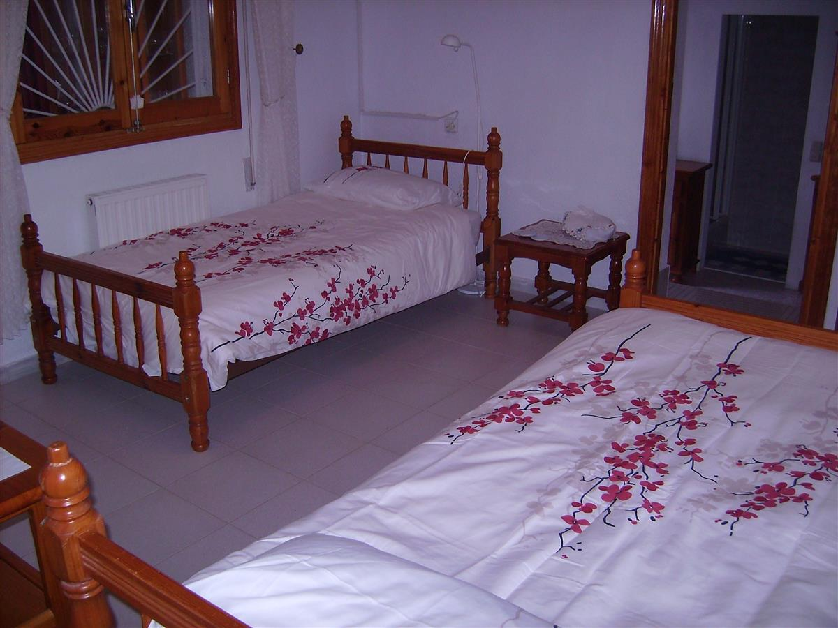 bedroom 2  (2 single beds)