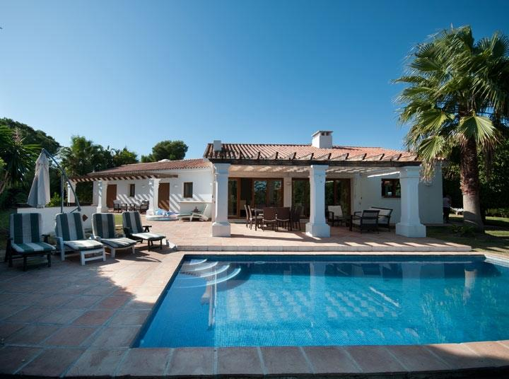 Pool and covered terrace Self catering family villa close to beach