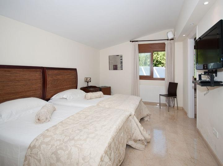 Twin bedroom Luxury 4 bed villa rental in Atalaya Guadalmina Baja