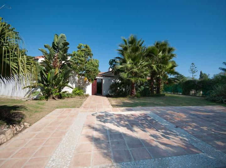 Secure Parking for 2-3 cars Modern family villa 500m to the beach