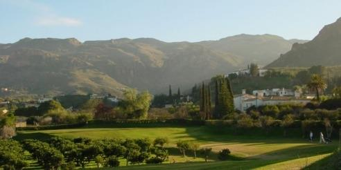Cortijo Grande, the 9-hole golf course with its majestic backdrop