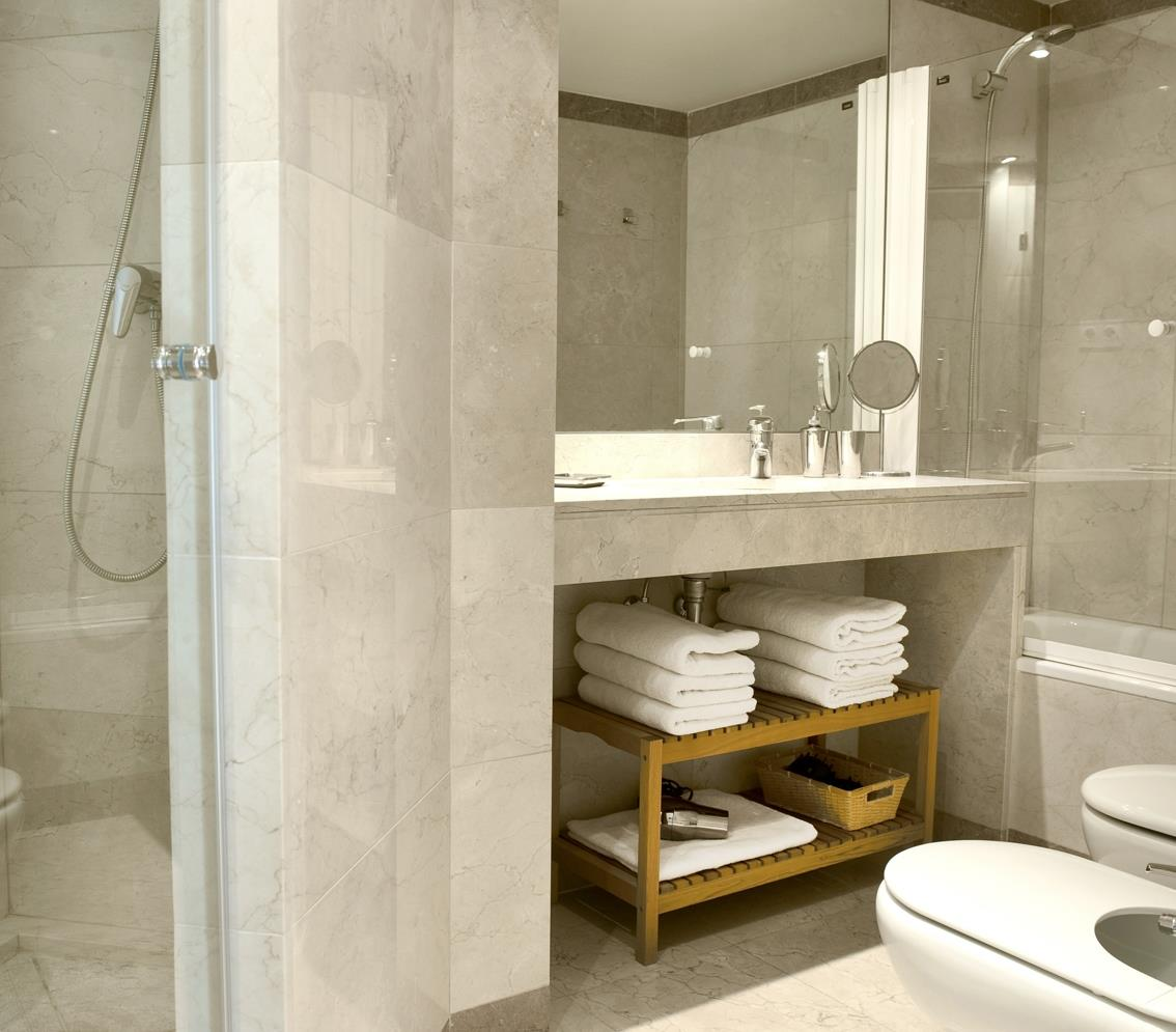 Master bedroom en suite bathroom, bath & shower, bidet.