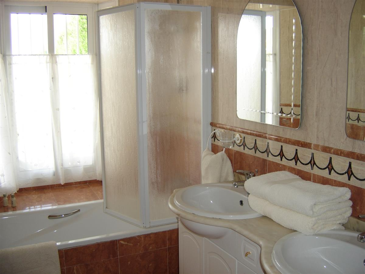 luxury en-suite bathroom to master bedroom