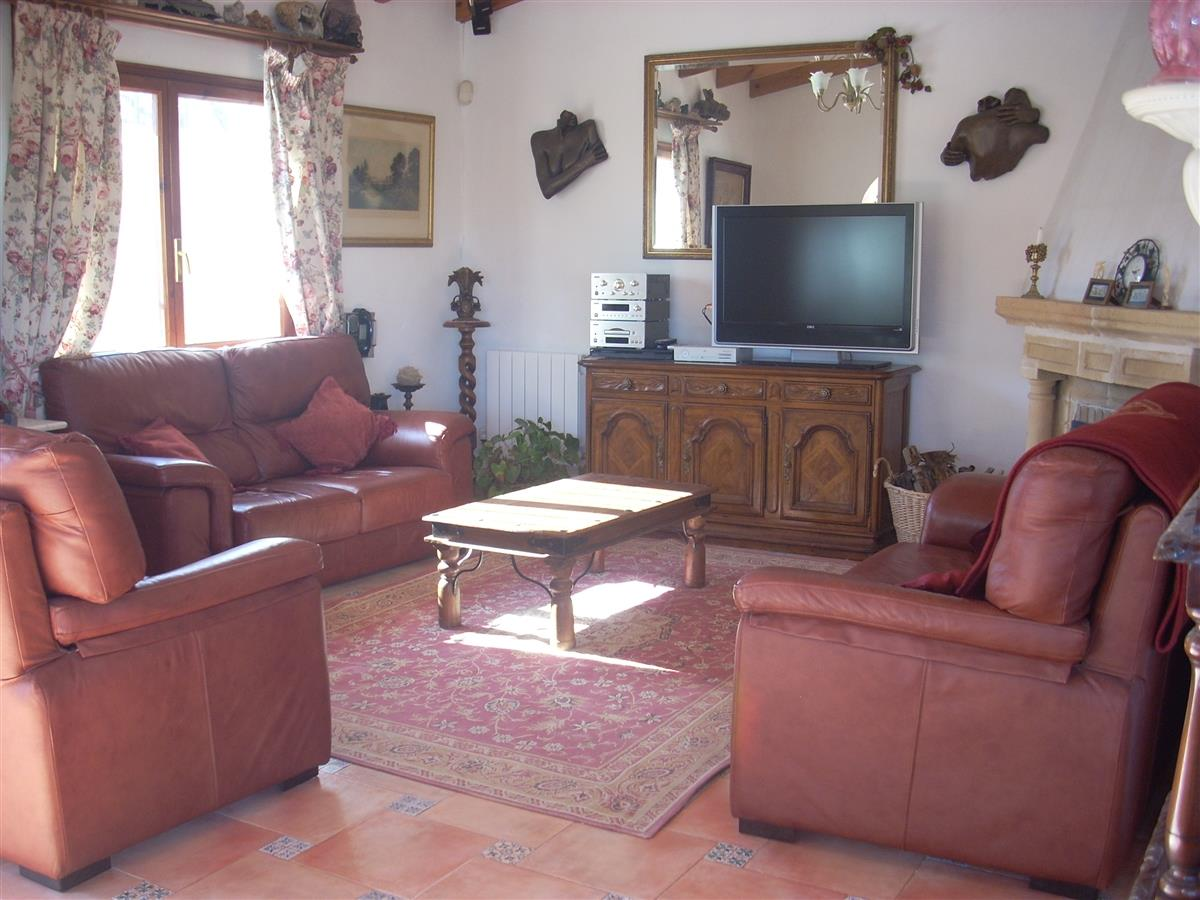 Spacious lounge, with TV,DVD,CD player,radio,& computer access