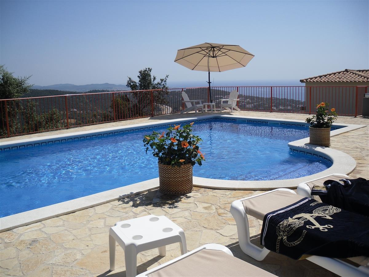 Large heated pool and a fantastic sea view of Platja d'Aro to Palamos. including large terrace, at the same level.